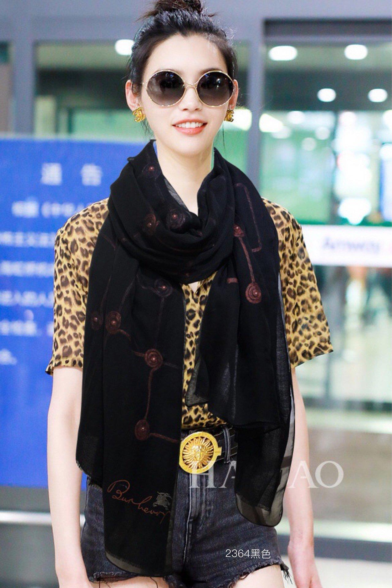 巴宝莉2019春季新品双层刺绣围巾高