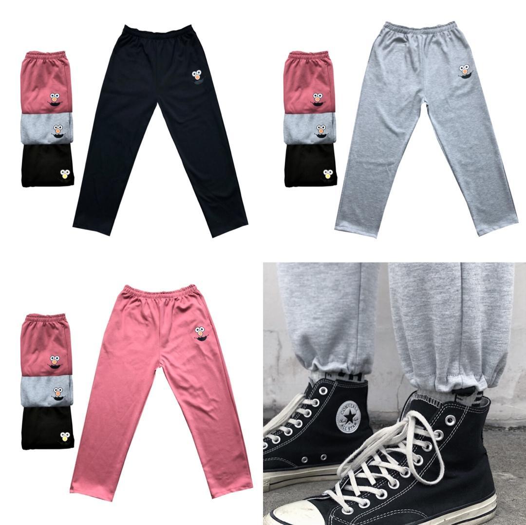 价格: 190优衣库 x KAWS芝麻街三色卡通卫裤 简洁的脚口松紧抽绳设计两种穿法配上芝麻街的小卡通logo让人眼前一亮Colour:少女粉/经典黑/水泥灰Size:M/L/XL