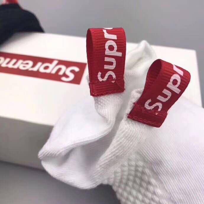 💰140元六双,Supreme可谓最具话题性的品牌之一。每个季度都有定番的联名产品。supreme作为今年时尚界的主流之一,无论是衣服,袜子等产品均是潮流文化中的佼佼者。规格:均码三色六双