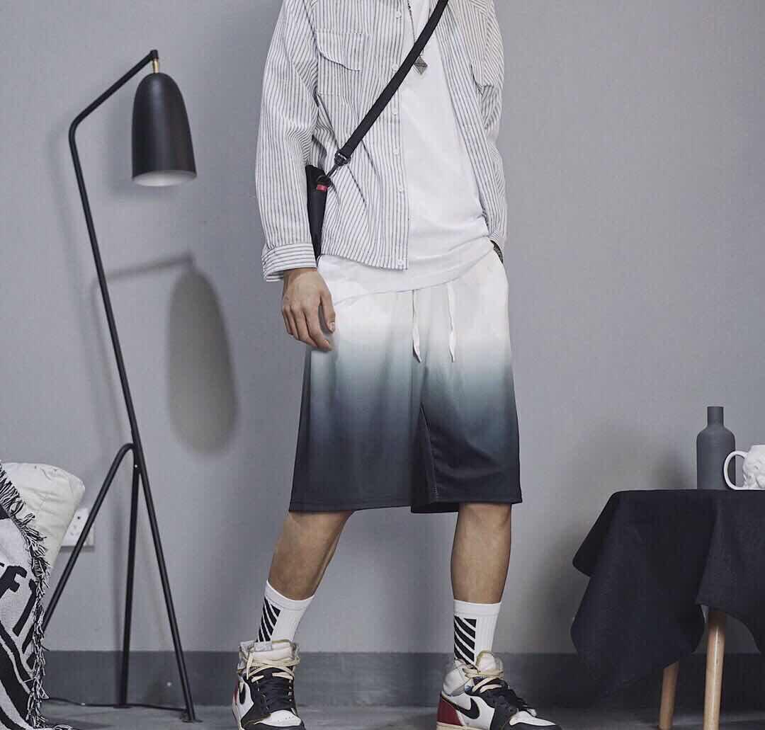上新发170  Nike耐克官方大钩子LOGO渐变短 今年最火的渐变色 白黑 渐变 面料舒适 方便出行 建议人手一件。颜色: 白黑 尺码M-XL