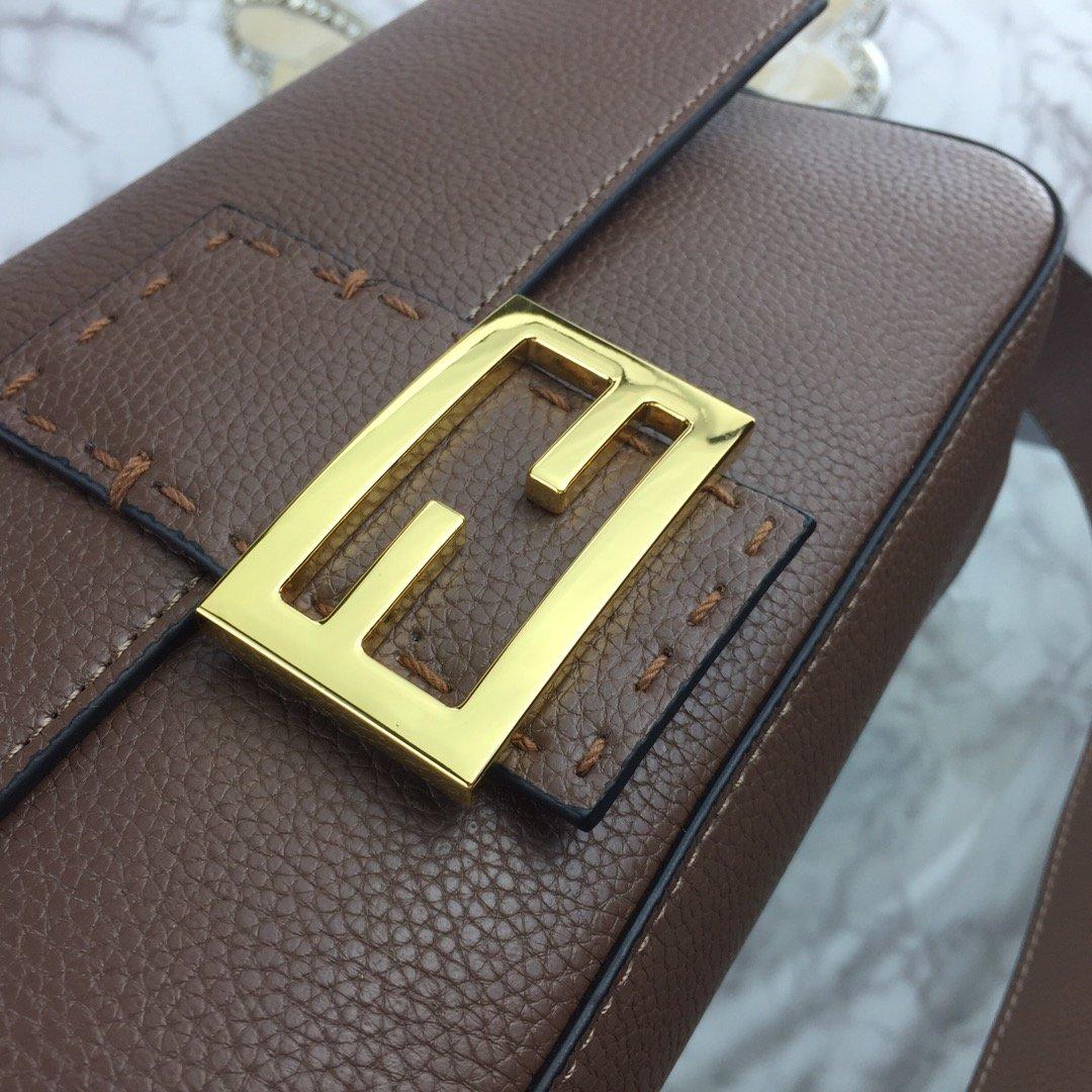 .芬迪FD标识性肩带背手袋翻盖磁性摁