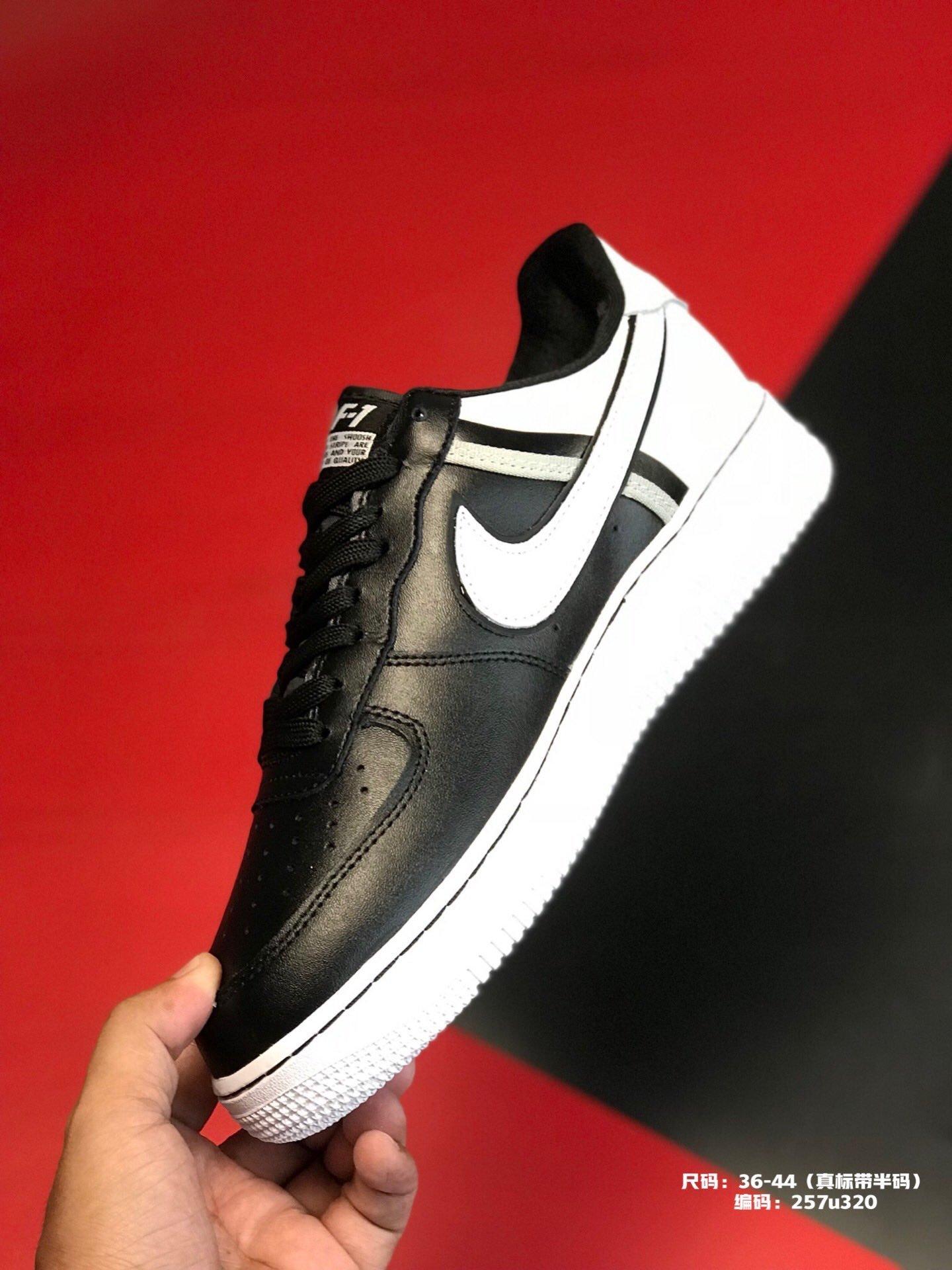 ?240尺码:36-44(真标带半码)品牌:耐克 Nike简介:  Nike Air Force 1 原盒真标 官方主打 拼色真皮拼接 空军一号板鞋编码:257u320