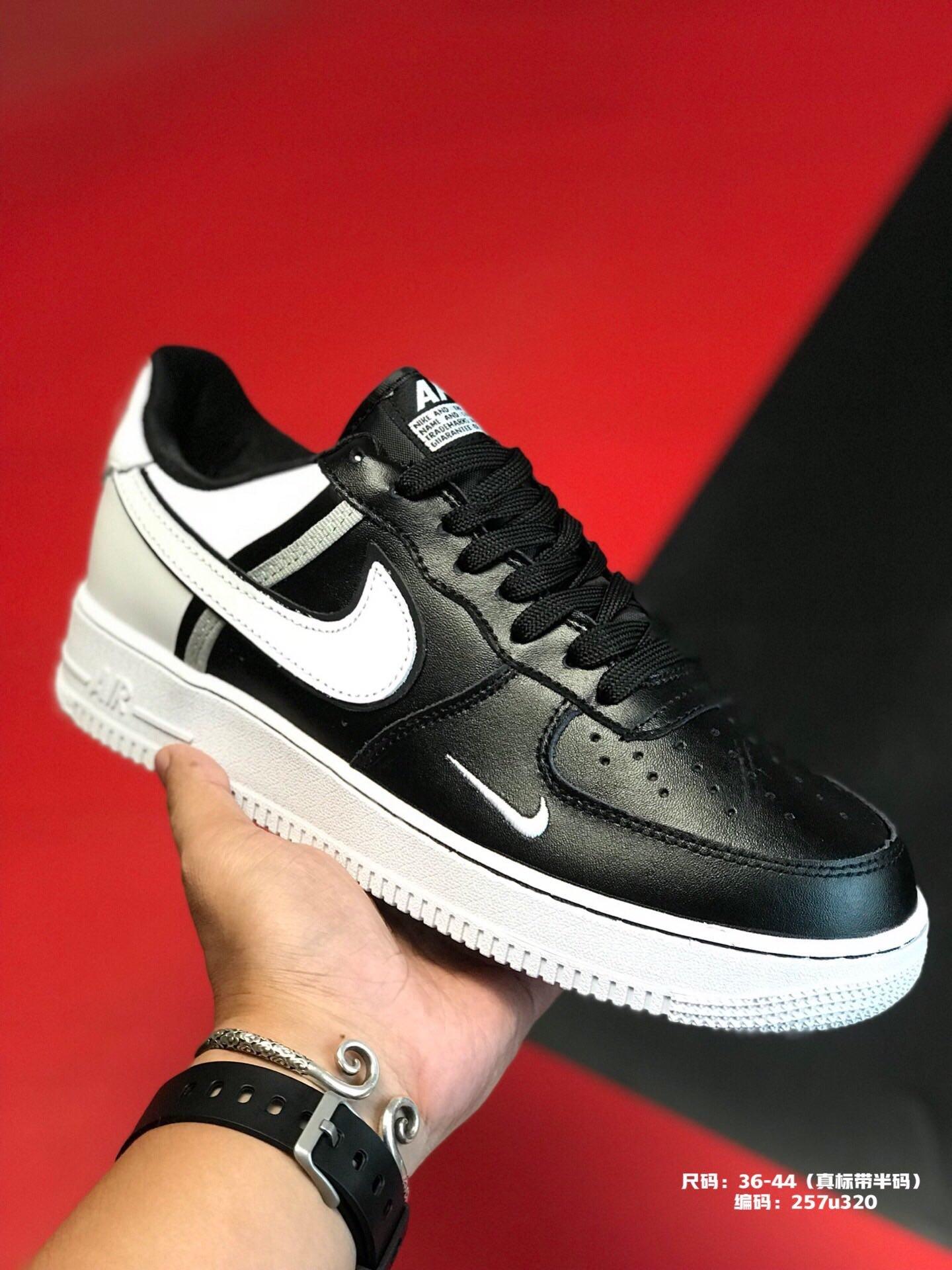 ?240集合图尺码:36-44(真标带半码)品牌:耐克 Nike简介:  Nike Air Force 1 原盒真标 官方主打 拼色真皮拼接 空军一号板鞋编码:257u320