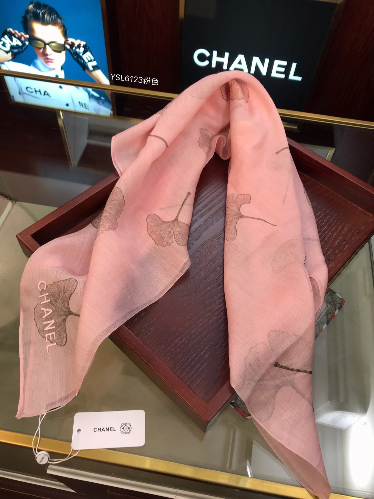 香奈儿最新款火爆上市简单的围巾加上进