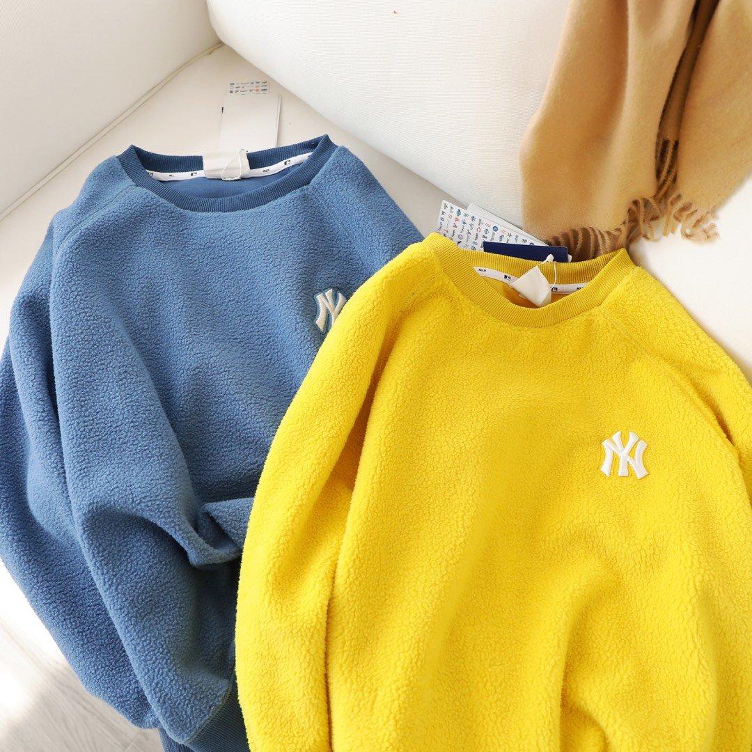 特惠💰190.无质量问题不可以退换。剩余颜色码数:黄色:XS1.S3.M1.粉色:M1.L1.蓝色:L1.黑色:S1..L2.米白色:L1。每种颜色都带有俏皮活力的姿态 上身超级减龄😉😉作为这个秋冬季新款的精心之作 让人爱不释手!面料是今年最流行的摇粒绒面料!卫衣表面加绒的设计肉眼可见的温暖感 经典的圆领 呈现出活力范儿 凸显脖颈的曲线!赶紧入手准错不了