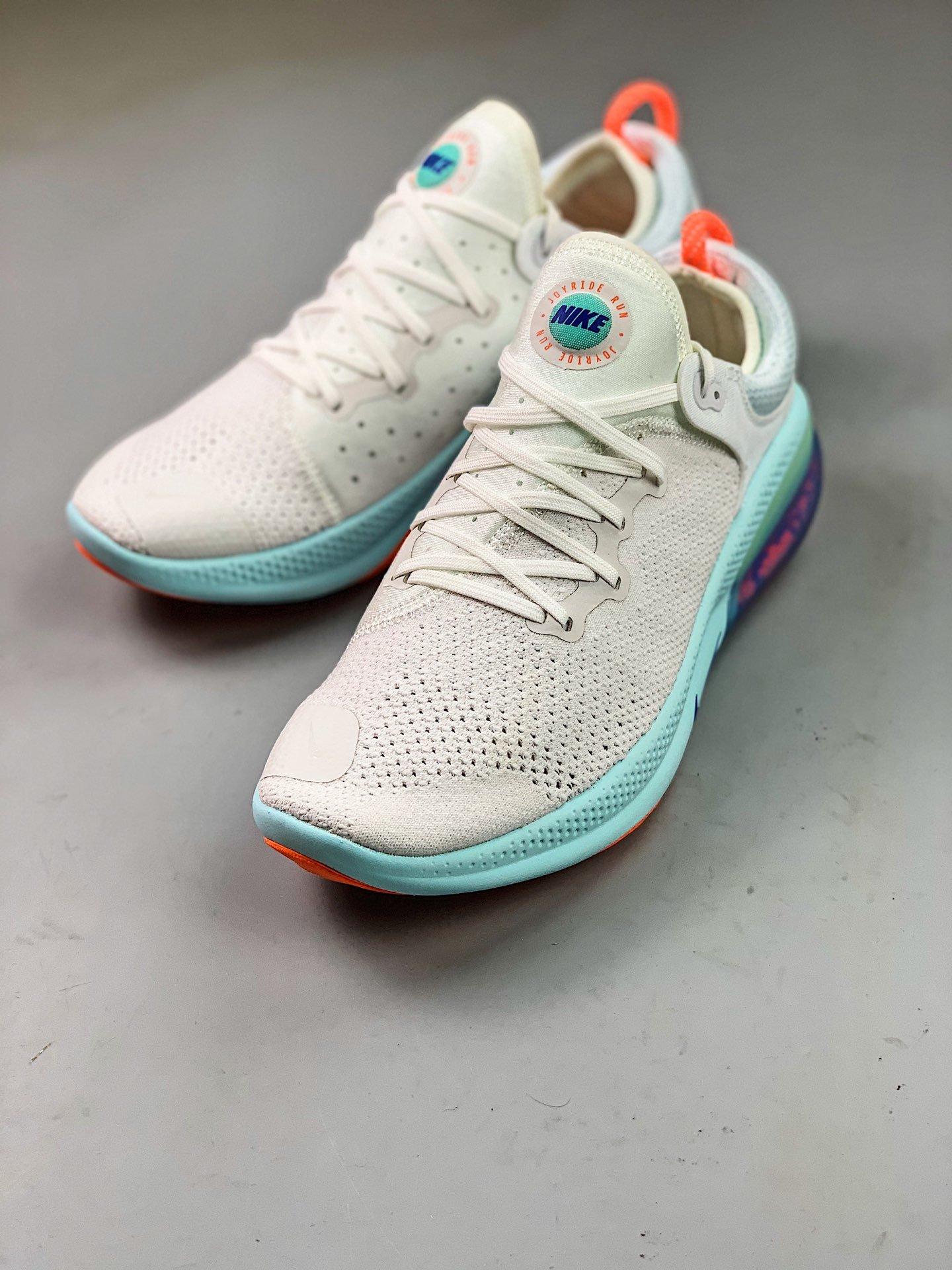 ?300 纯原版本Nike joyride Run全新缓震科技跑鞋采用最新纳米颗粒缓震科技跑鞋款式,后跟半透明可见填满的BOOST,与PumA之前的JAmmING 缓震相似,属于比较软且带有弹性的脚感,颜值相当帅气 科技未来感十足 官方货号:AQ2730-100size:36 36.5 37 38 38.5 39 40 40.5 41 42 42.5 43 44 44.5 45