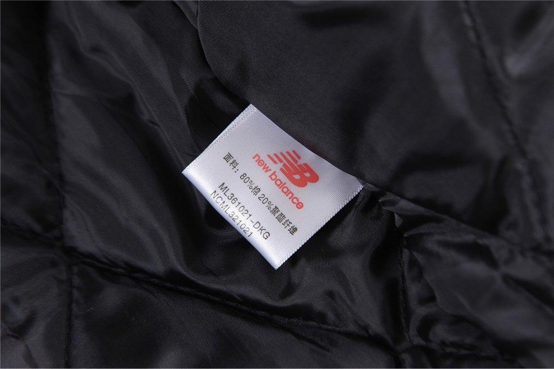 上新💰330 New balance/新百伦拼色插肩袖情侣款棉衣非常宽松且好看的一款棉衣,面料选用全棉纱卡工装面料内含180g高标准绗棉门襟魔术贴搭配可挡风质感和手感都是一级棒 既好看又保暖 百搭不挑身材,上身效果非常完美,大可放心入手,强烈推荐!尺码:M-XL颜色:黑白 烟灰白M 胸围120 衣长69 袖长72 L 胸围124 衣长71 袖长73XL 胸围128 衣长73 袖长74
