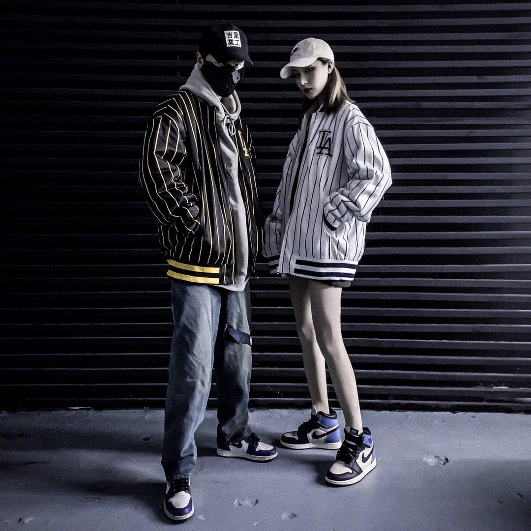 💰285【ins风街头条纹棒球棉服】以搭配为主 以嘻哈街头穿梭自由 经典的条纹元素给人难以熟悉的自在感 少了冬天沉闷搭配 内搭卫衣 诉说运动 内里含棉 采用宽松版型  不臃肿 完美的一件搭配单品 颜色 白色 黑色 尺码m l xl