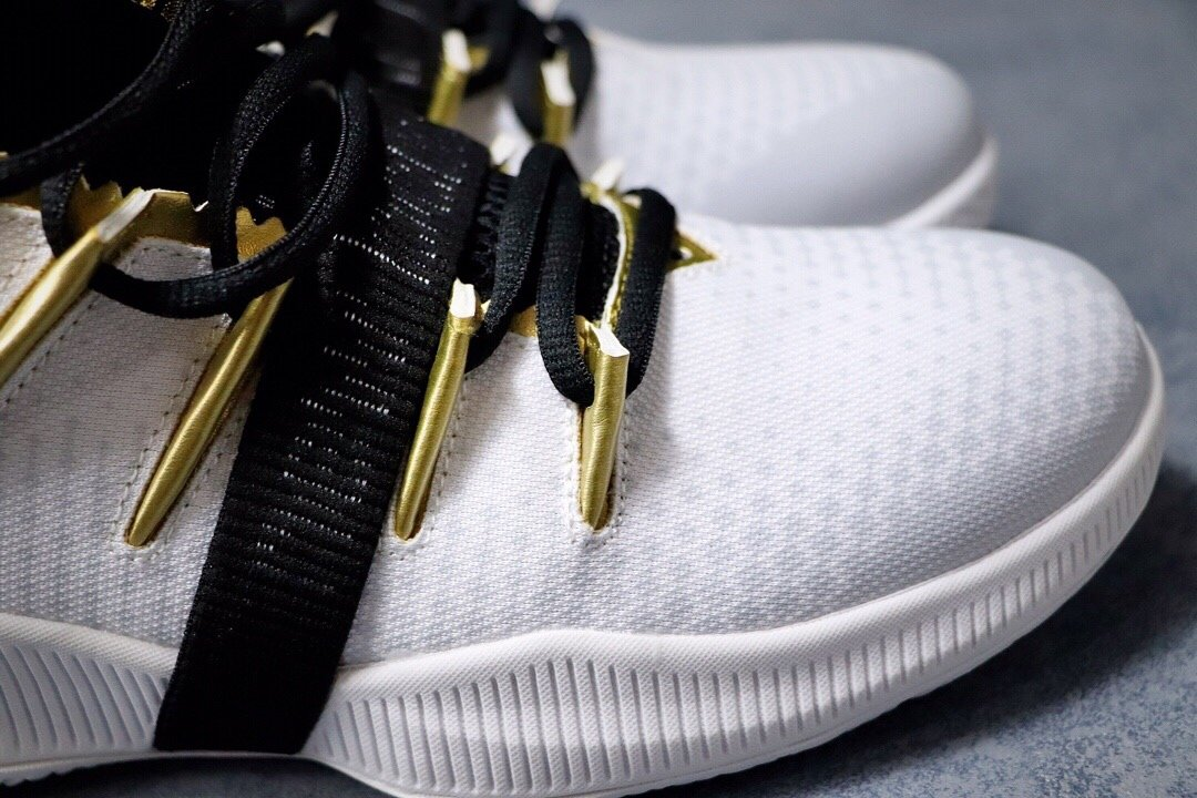 💰240双十二特价福利‼️新百伦 New Balance OMN1S 季后赛专属 冠军战靴出道即巅峰 NBA总冠军猛龙队FMVP科怀·伦纳德签名战靴。鞋面编织打造而成,辅以奢华的细节点缀,鞋帮处的鳄鱼纹彰显不凡质感。此外,OMN1S 篮球鞋采用了New Balance全新升级的FuelCell中底技术,拥有New Balance专业产品中最高的能量回弹性能。官方货号#BBOMN1PFPCSIZE:40 40.5 41.5 42 42.5 43 44 45