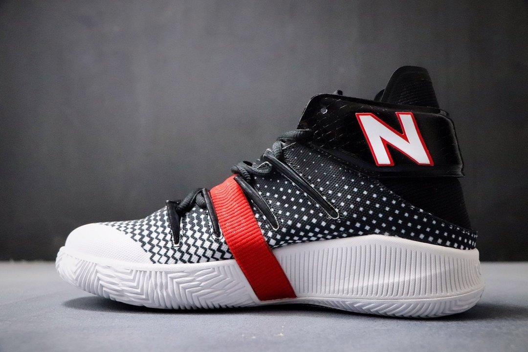 💰240双十二特价福利‼️新百伦 New Balance 冠军战靴出道即巅峰 NBA总冠军猛龙队FMVP科怀·伦纳德签名战靴。鞋面编织打造而成,辅以奢华的细节点缀,鞋帮处的鳄鱼纹彰显不凡质感。此外,OMN1S 篮球鞋采用了New Balance全新升级的FuelCell中底技术,拥有New Balance专业产品中最高的能量回弹性能。官方货号#BBOMN1PBPCSIZE:40 40.5 41.5 42 42.5 43 44 45