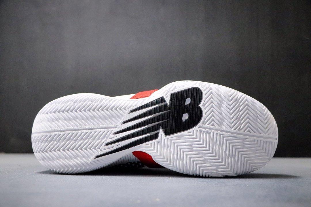 ?240双十二特价福利‼️新百伦 New Balance 冠军战靴出道即巅峰 NBA总冠军猛龙队FMVP科怀·伦纳德签名战靴。鞋面编织打造而成,辅以奢华的细节点缀,鞋帮处的鳄鱼纹彰显不凡质感。此外,OMN1S 篮球鞋采用了New Balance全新升级的FuelCell中底技术,拥有New Balance专业产品中最高的能量回弹性能。官方货号#BBOMN1PBPCSIZE:40 40.5 41.5 42 42.5 43 44 45