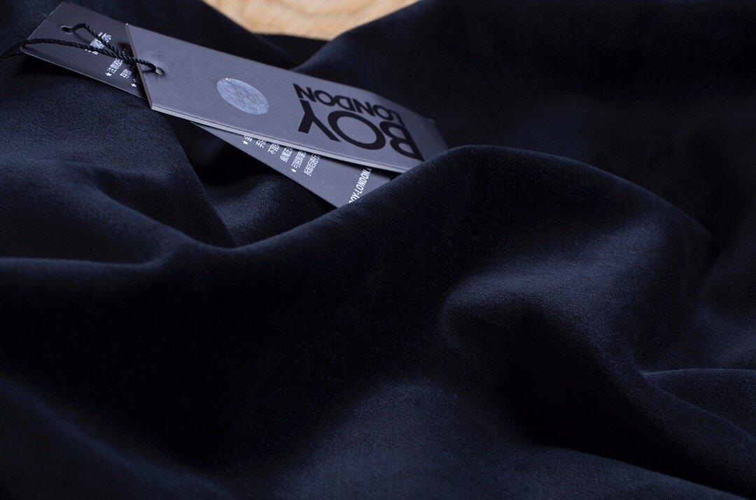 PF310 最高版本🔥🔥🔥水貂绒BOY LONDON2019冬季【专柜新款水貂绒烫金情侣款烫金卫衣套装】专柜同步发售超级大爆款,【烫金】印花工艺,不开裂不褪色,袖子采用的裁片烫金印花,每款衣服都精心排版,定制五金。原版打造 设计绝非大布印花可以比较的,颜色也是反复调试,专柜一致 !上身效果超级棒!很霸气!真正的体现品牌的价值理念!放荡不羁,就要与众不同!很潮爆,适合各年龄段的潮男潮女 情侣搭配更有魅力,我们只做精品,面料的要求非常严格,选用专柜一比一 而且高温水洗处理,确保衣服不变形缩水!420克纯棉超柔水貂绒面料,细腻光滑,贴身舒适 男女同款颜色:黑金 尺码:M-XXL建议M-身高165-170 体重90-110  建议L-身高170-175 体重110-120建议XL-身高175-180 体重120-150  建议2XL-身高180-185 体重150-185