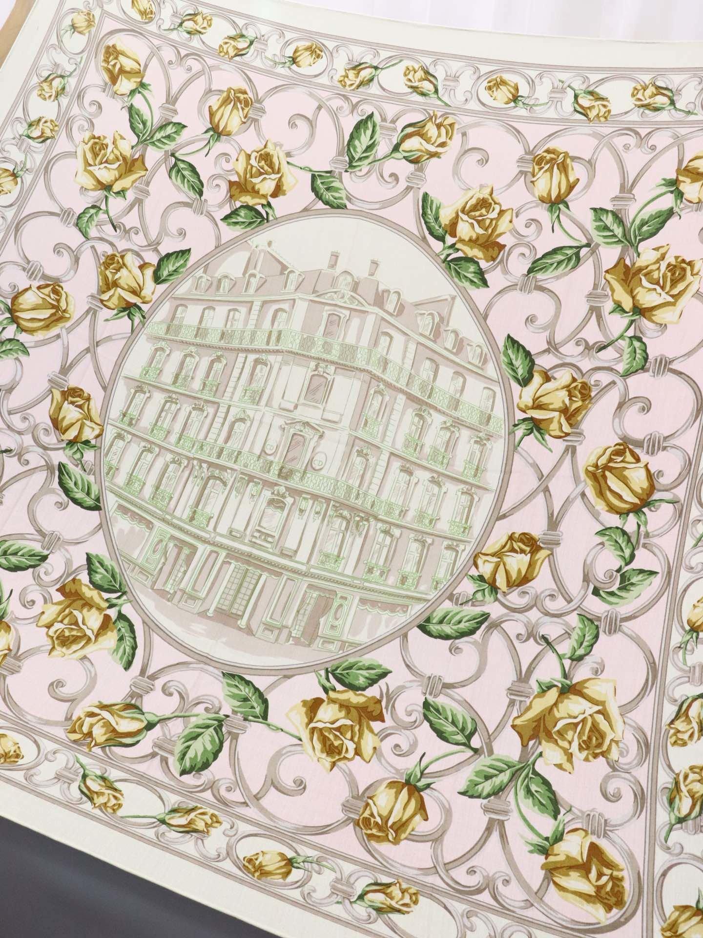 Dior新款丝羊绒方巾花卉风如今可谓