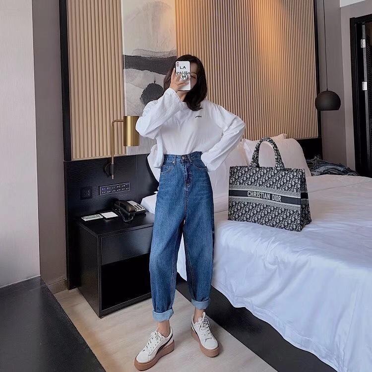??????新款牛仔裤?? 超高腰的设计,是最显腿长的,宽松的