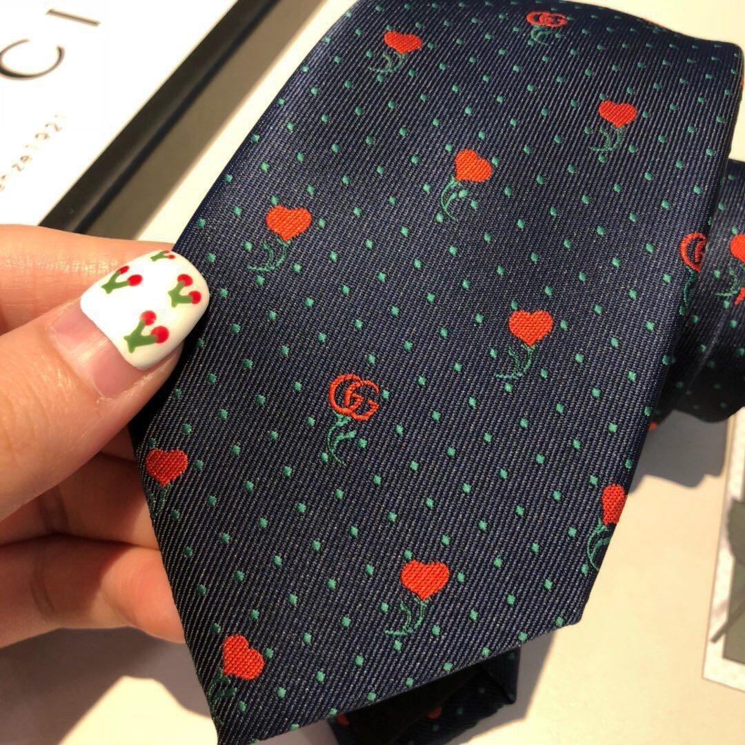 配包装由红心和双G标识打造的迷你花卉