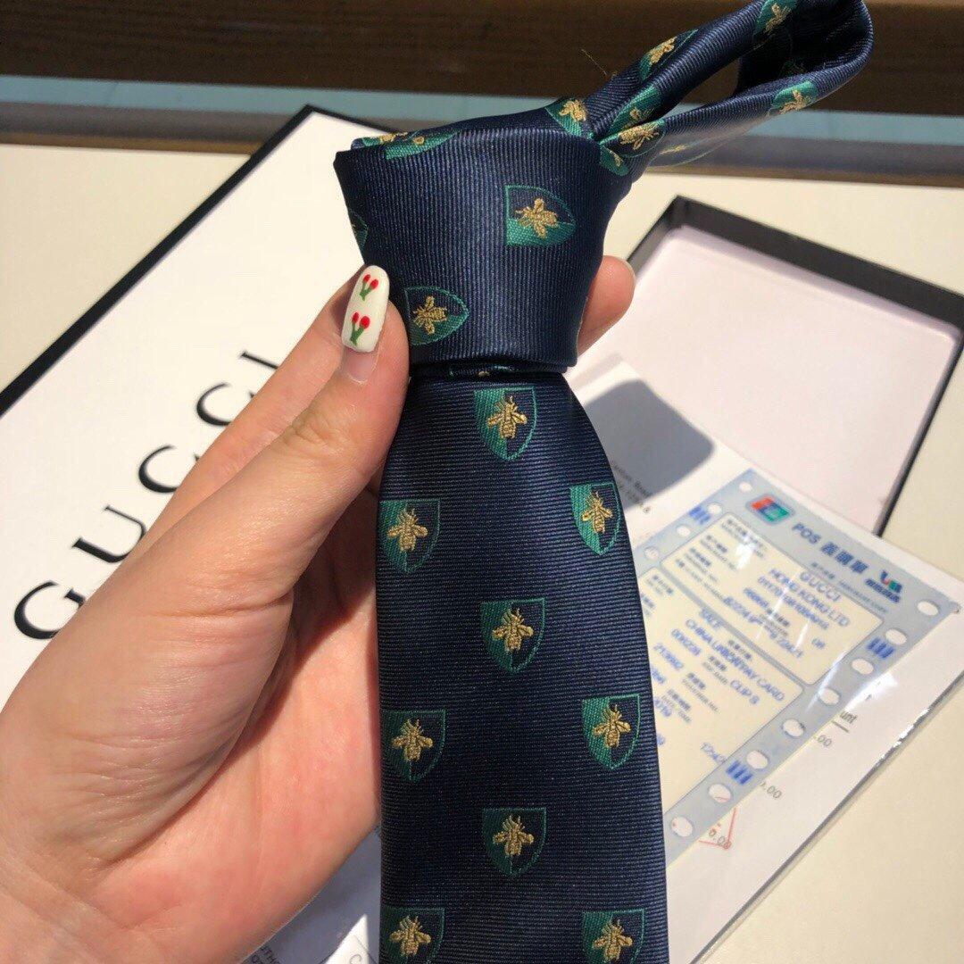 包装这款海军蓝和红色真丝领带采用提花