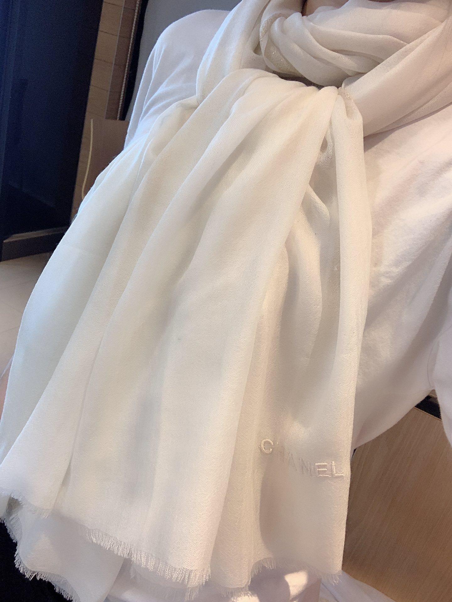米白最新的主打款羊绒长巾度假及日常都