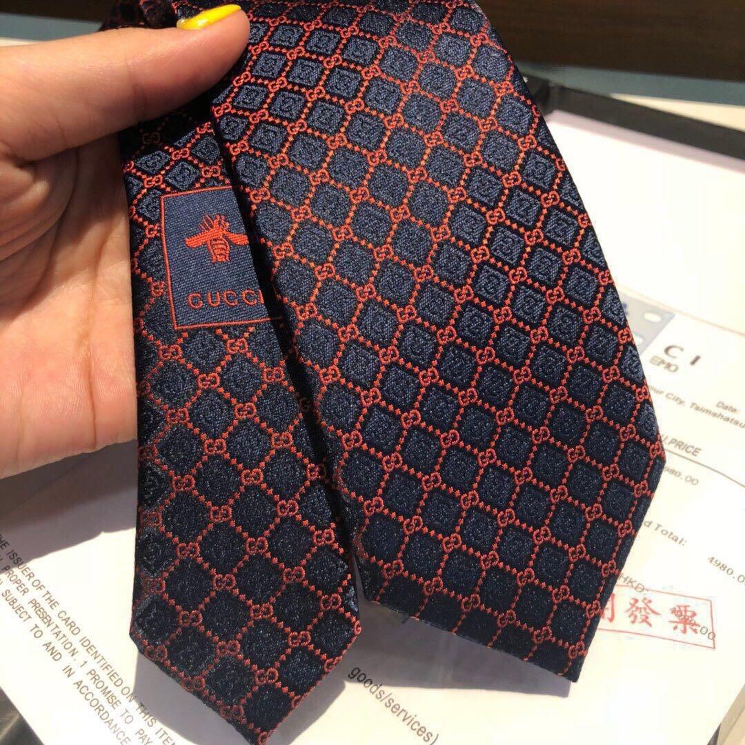 这款真丝领带的装饰图案由几何菱形和品