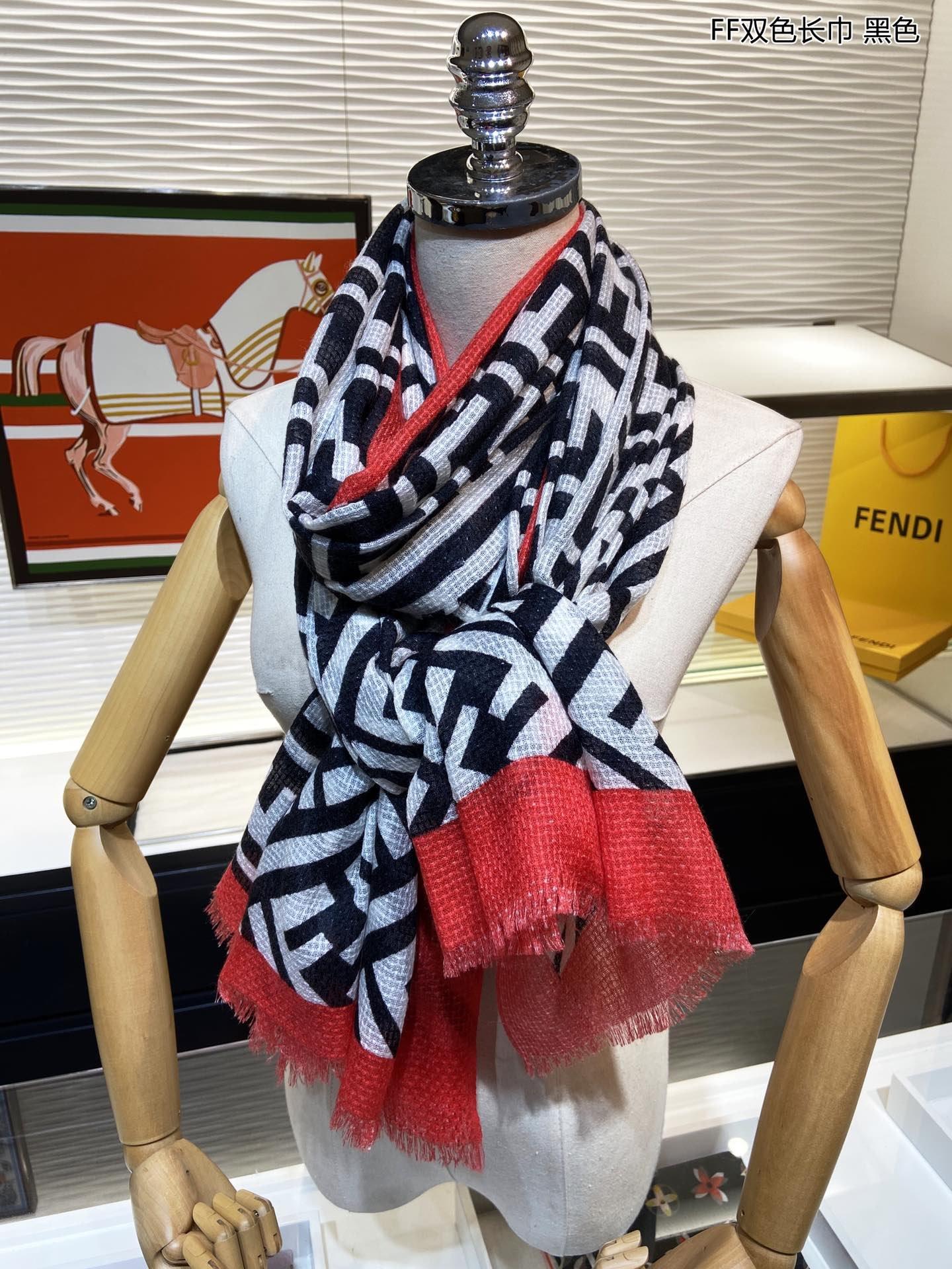 上新芬迪最新的专柜主打款FF双色长巾