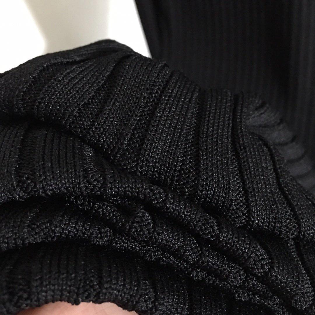 Versace新款性感挖剪露肩金属搭