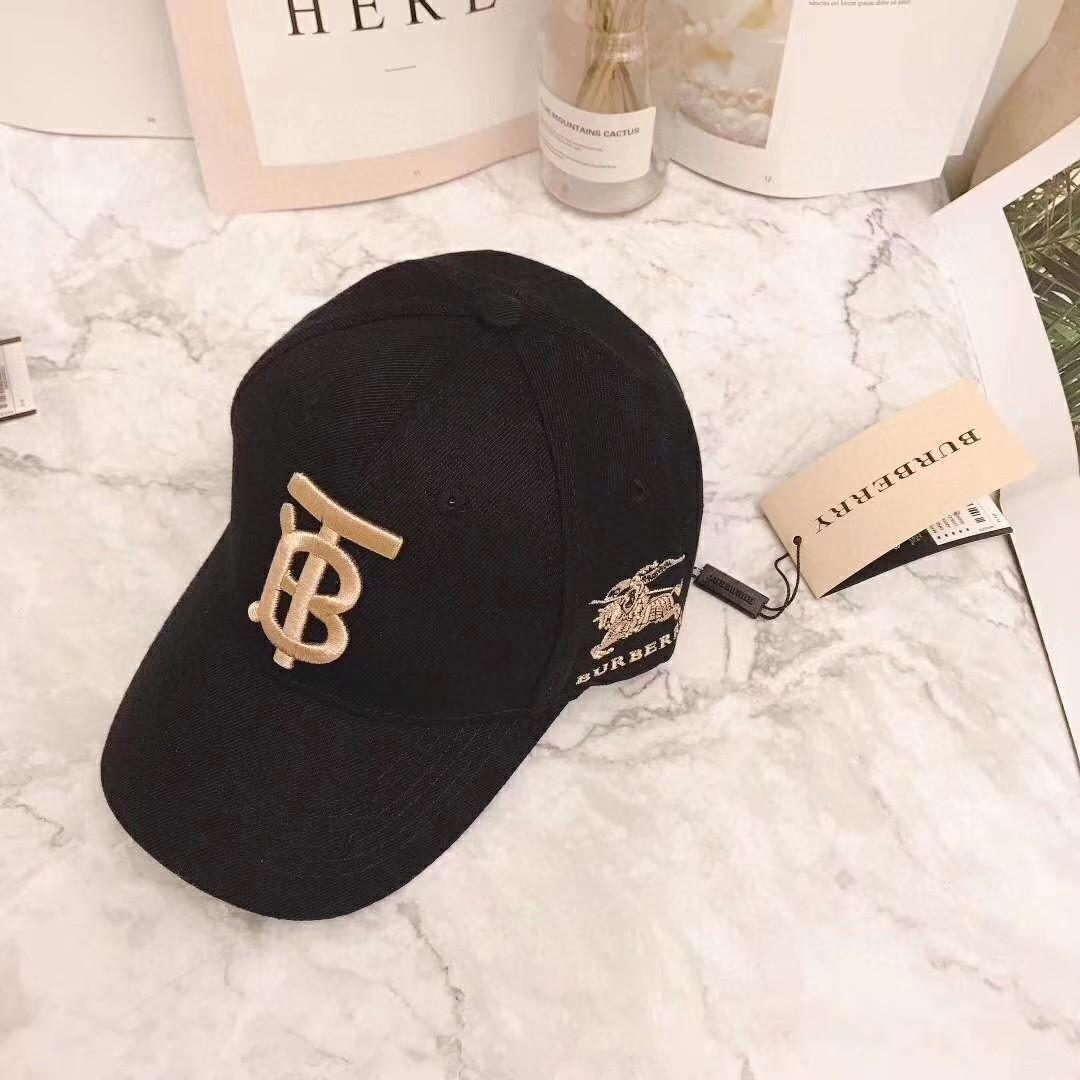 💰160巴宝莉鸭舌帽巴宝莉棒球帽新出的这款 TB 黑色棒球帽,饰有经典的刺绣,帅帅的款,男女佩戴都好看。羊毛棉外层内衬都是羊毛棉材质,戴上决对透气,帽子后面是魔术扣,随意调节大小。