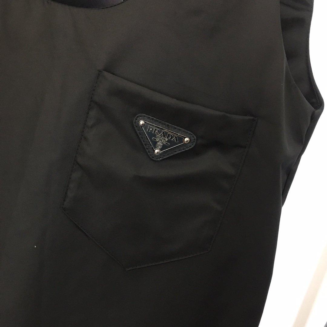 Prada新款口袋字母金属三角标U领