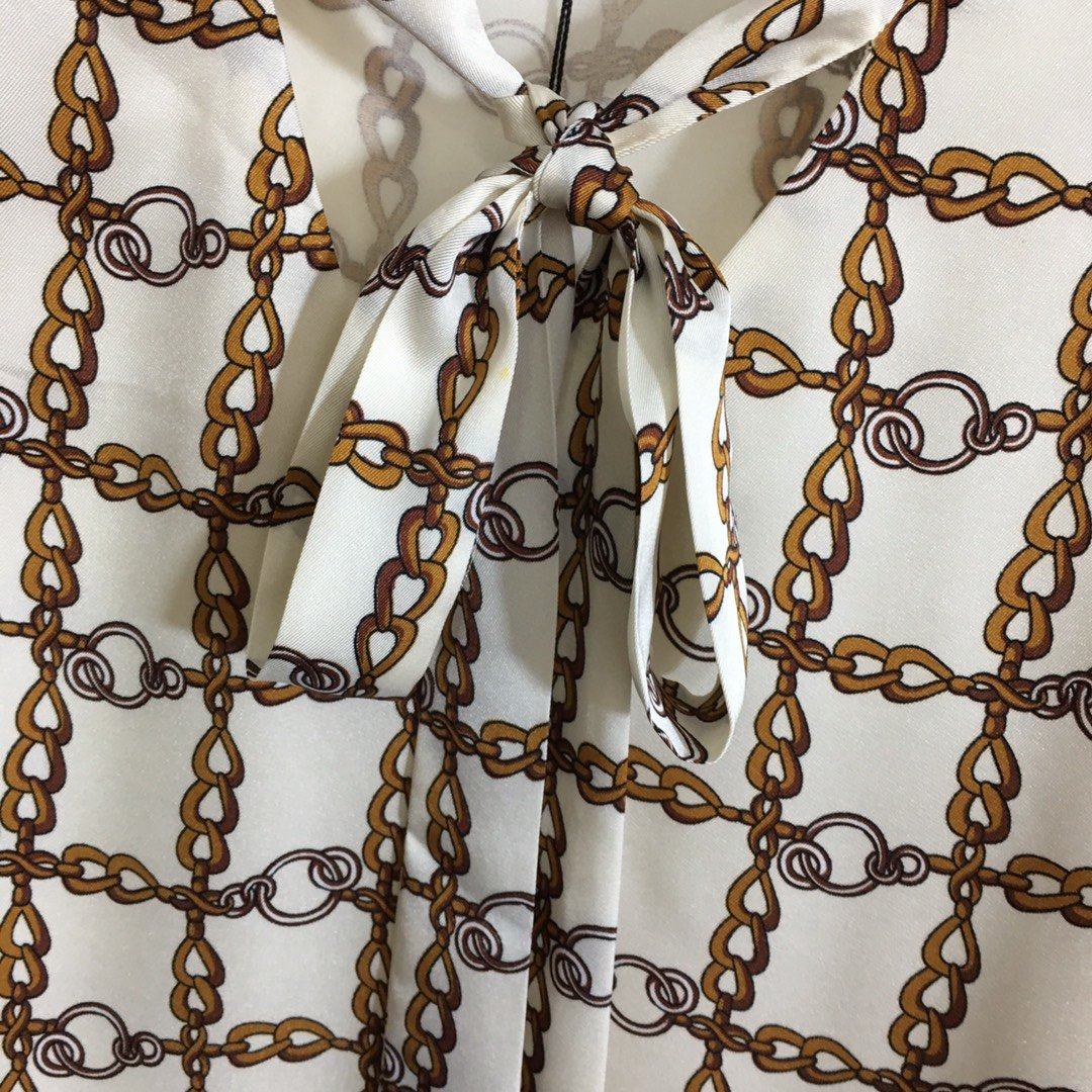 Gucci新款满身链条印花系带V领宽