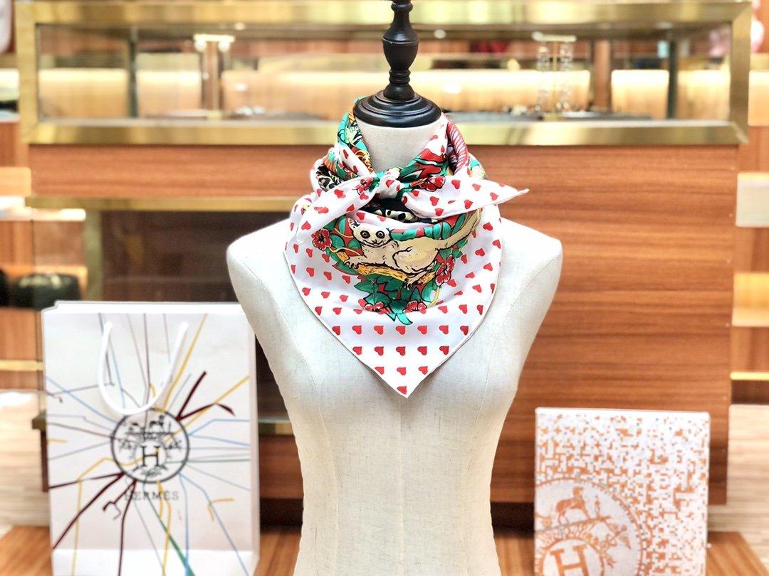 Hermes爱马仕手工卷边斜纹真丝方巾 多种方式佩戴(图5)