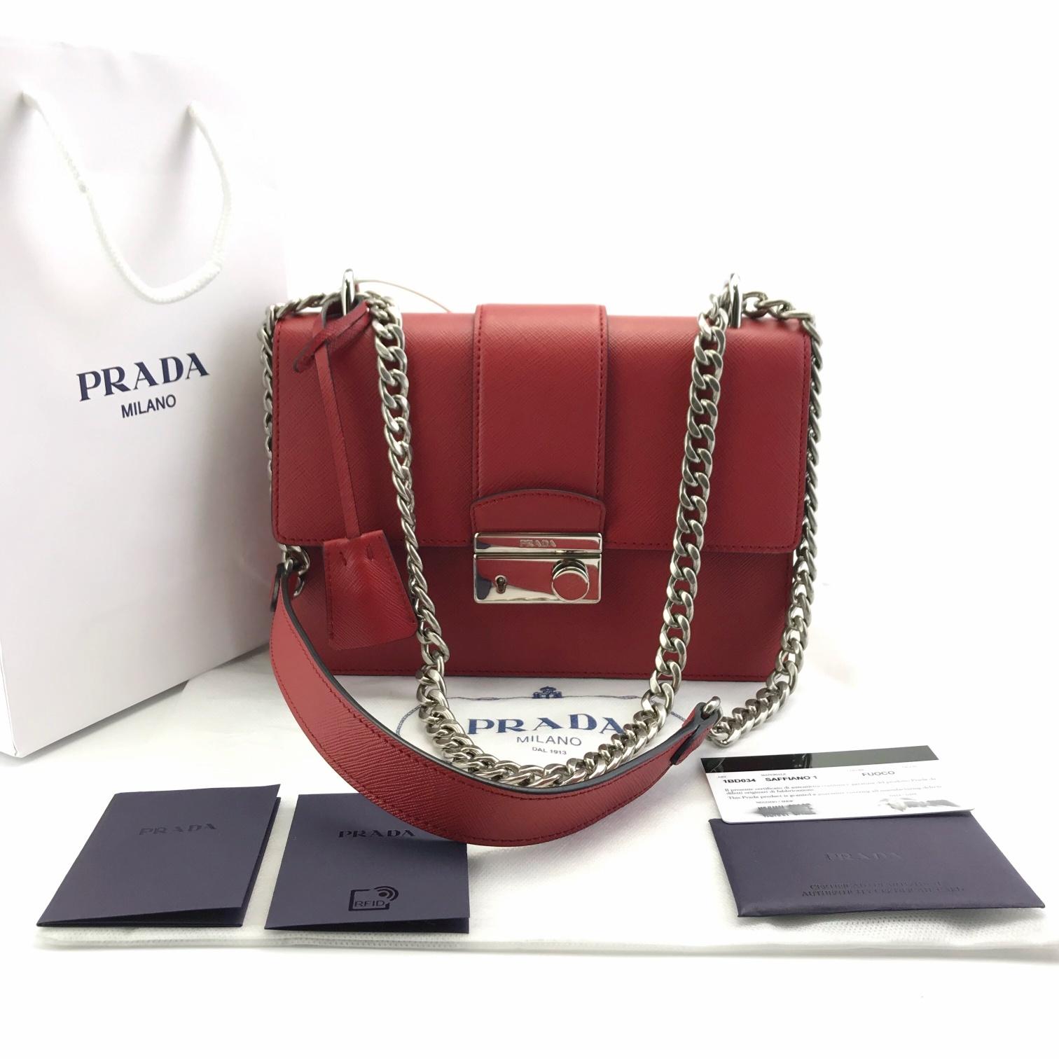 全全新套PRADA最新斜挎手提小方包 中国红 小牛皮,十字纹质感细腻而不失造型,内部大开间,配搭拉链口袋