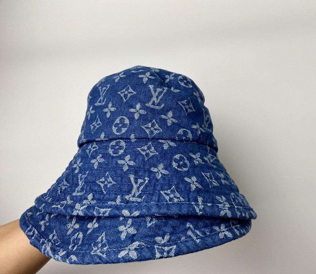💰190配专柜手提袋 LV牛仔蓝渔夫帽  一款非常时髦的帽子,网红明星人手一顶~还很方便携带,可折叠放入小袋子,实用性很高。牛仔亚麻材质百搭款,搭配必备除了配饰,墨镜,就是帽子了。样式很大牌,上身搭配时尚又有范,适中的帽檐特别修饰脸型,很显脸瘦。面料有型,做工细致,一点都不普通哦。