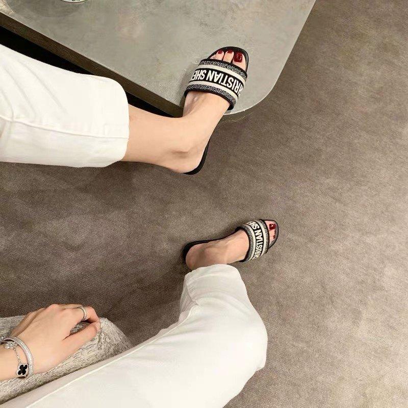 Dior专柜刺绣字母拖鞋经典耐看的懒人拖鞋(图2)