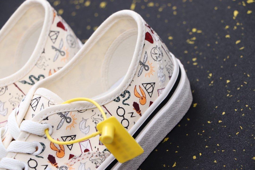 💰250 品名:YJ85/插画低 露出你的脚踝!清新系涂鸦插画来了!Vans Era 95 DX 万斯 符号表 低帮硫化帆布鞋 今年夏季,Vans带来极具清新气息的涂鸦Era,以米色为主题色,艺术符号表涂鸦,简洁百搭的风格深受广大女鞋头喜爱,让你在炎炎夏日里,就算简单的穿搭也能得到完美的点缀,凸显搭配功底!尺码:35-44含半码