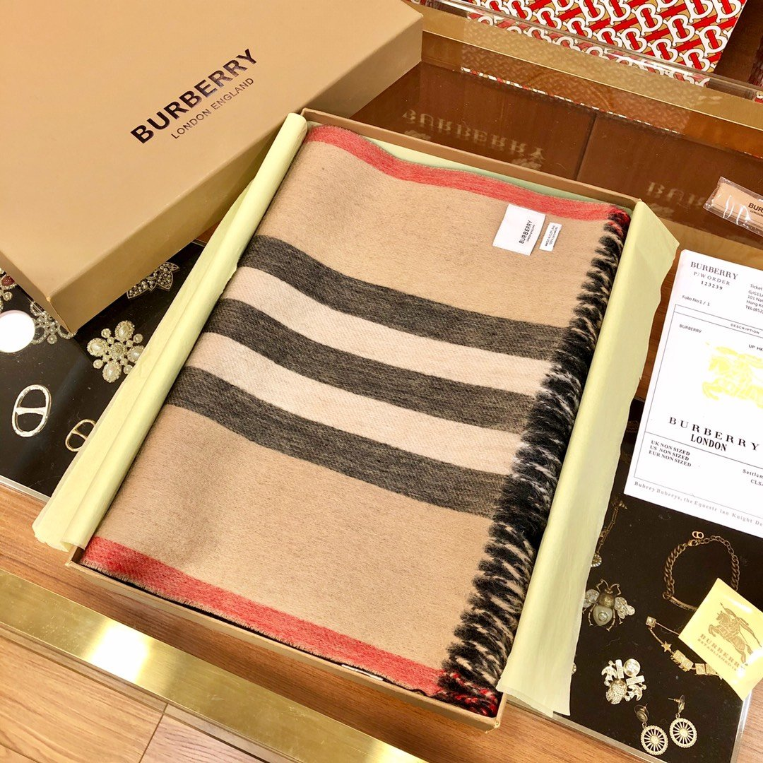 Burberry 条纹围巾的经典条纹(图3)