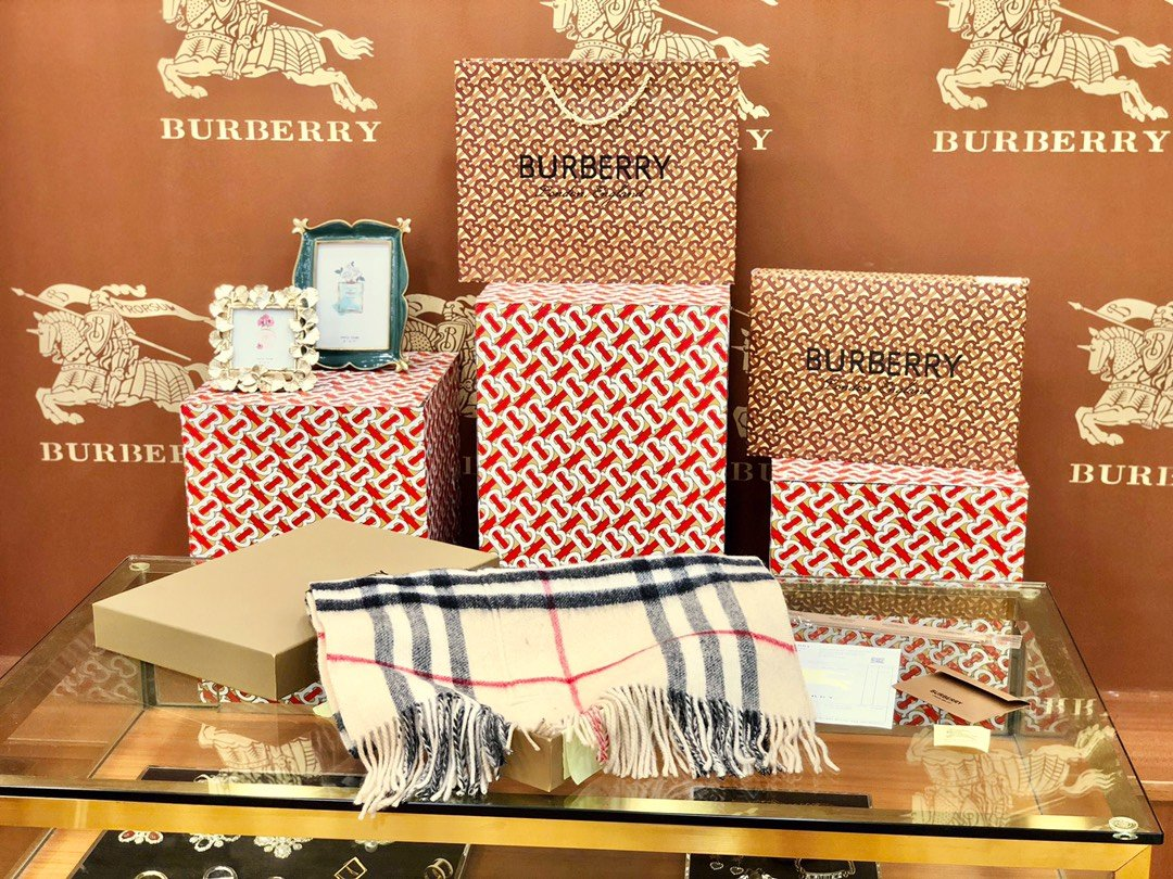 Burberry 口袋款围巾专柜经典(图1)