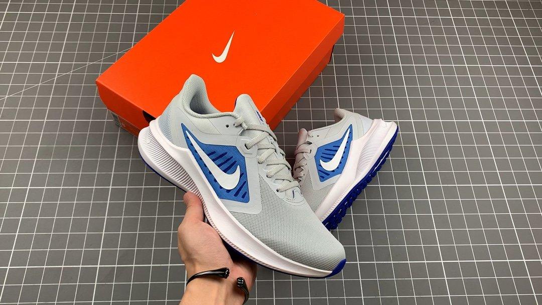 耐克 真标品质#NikeZoomDownshifter10耐克登月系列透气缓震疾速跑鞋。采用透气网眼鞋面搭配外翻式鞋...