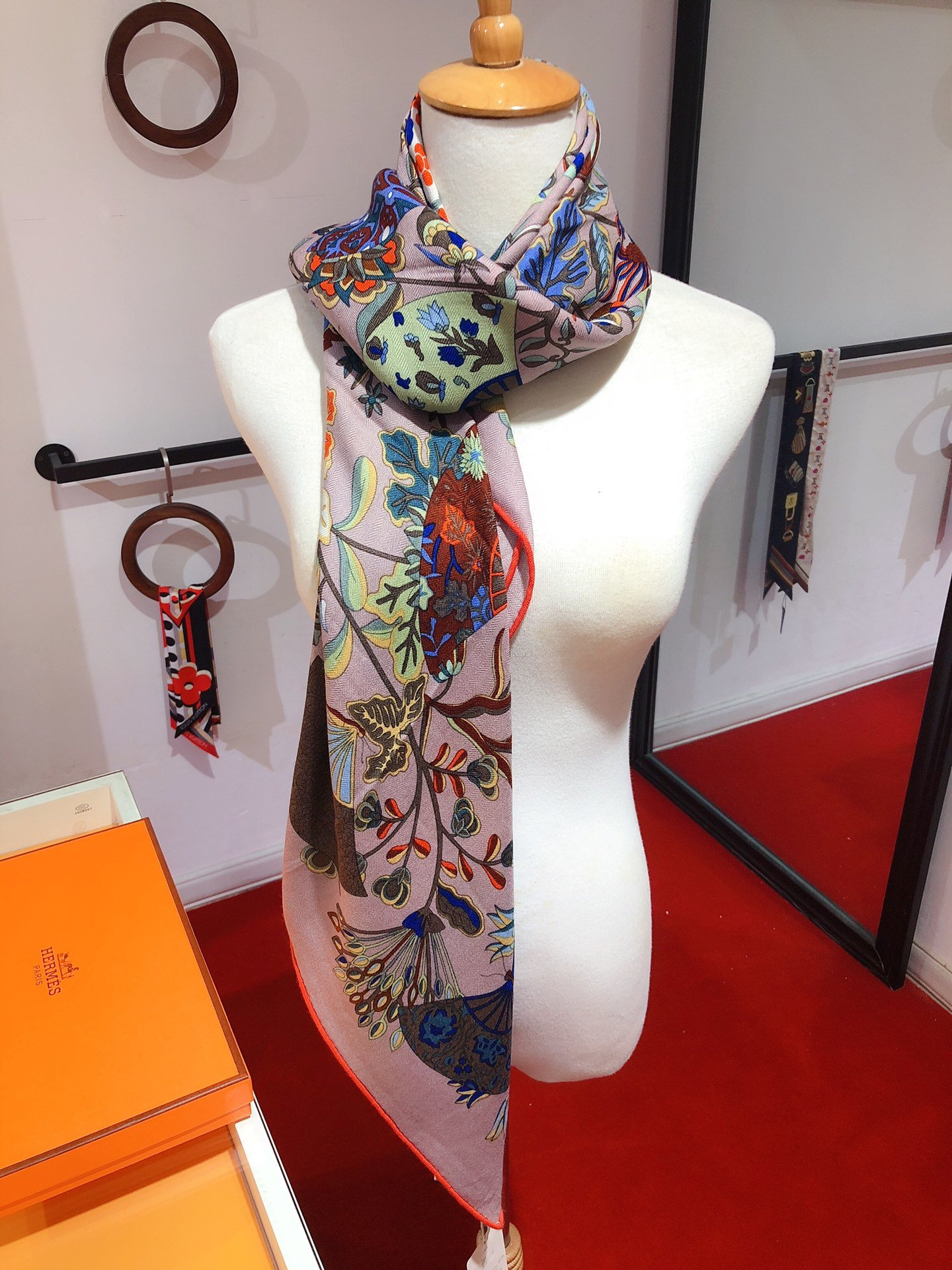 H家新款蝴蝶扇语140cm丝绒方巾专