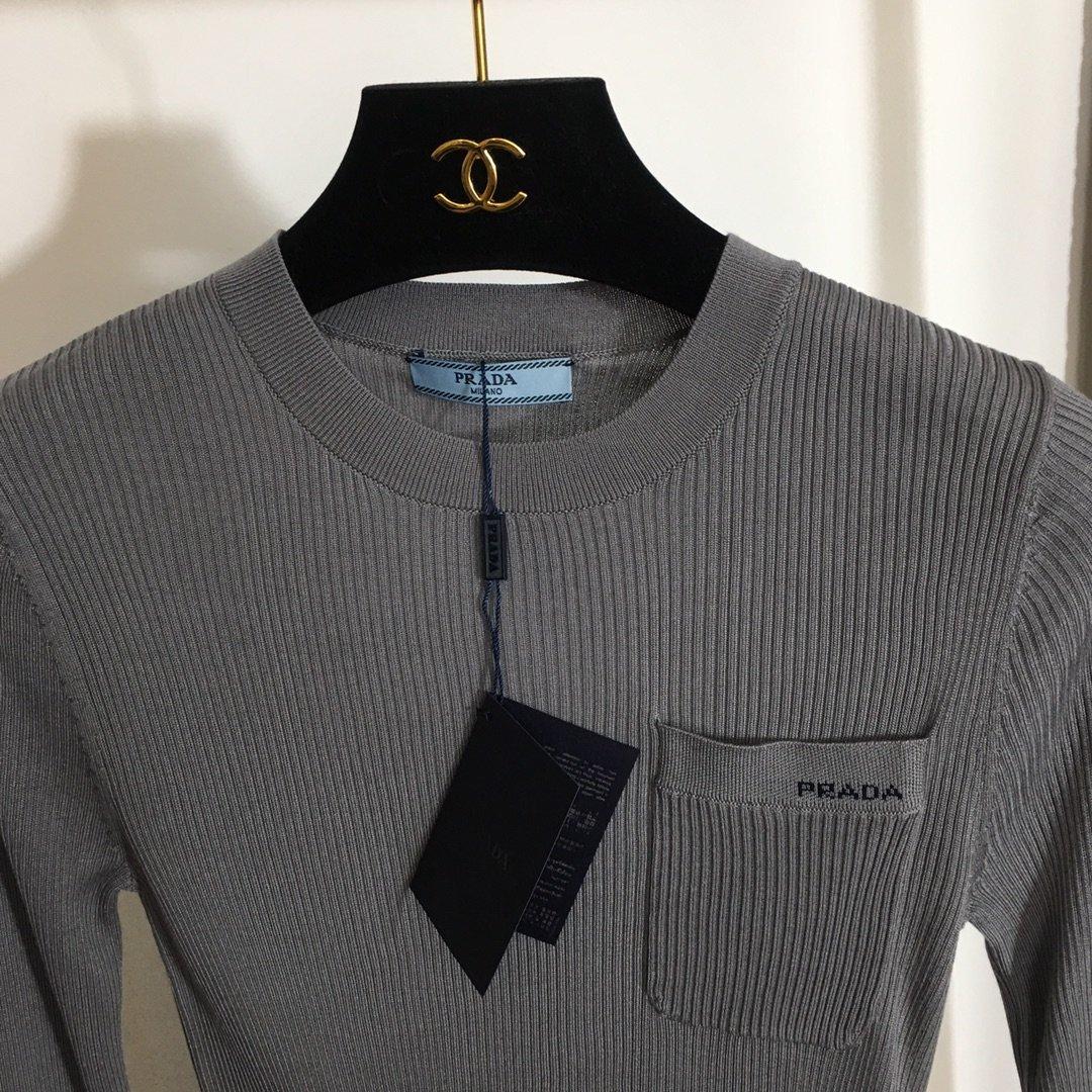 Prada新款胸前字母口袋修身显身材