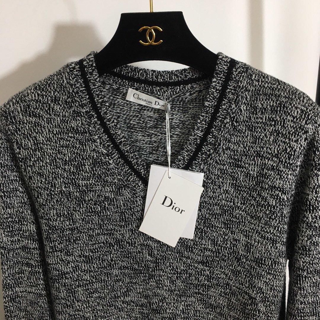 Dior新款后背字母简约百搭V领长袖