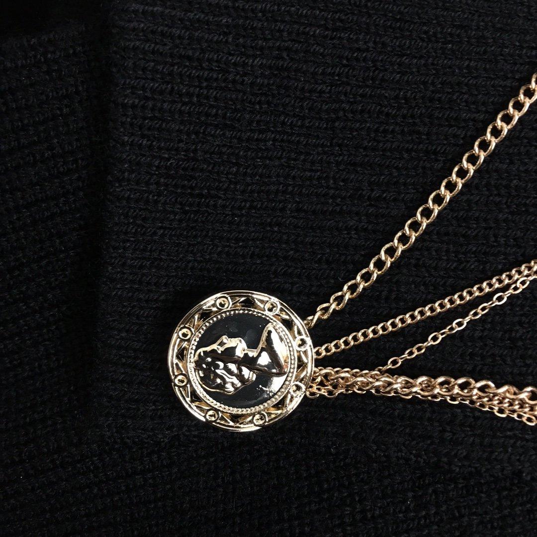 Chanel新款五金链条不规则袖口V