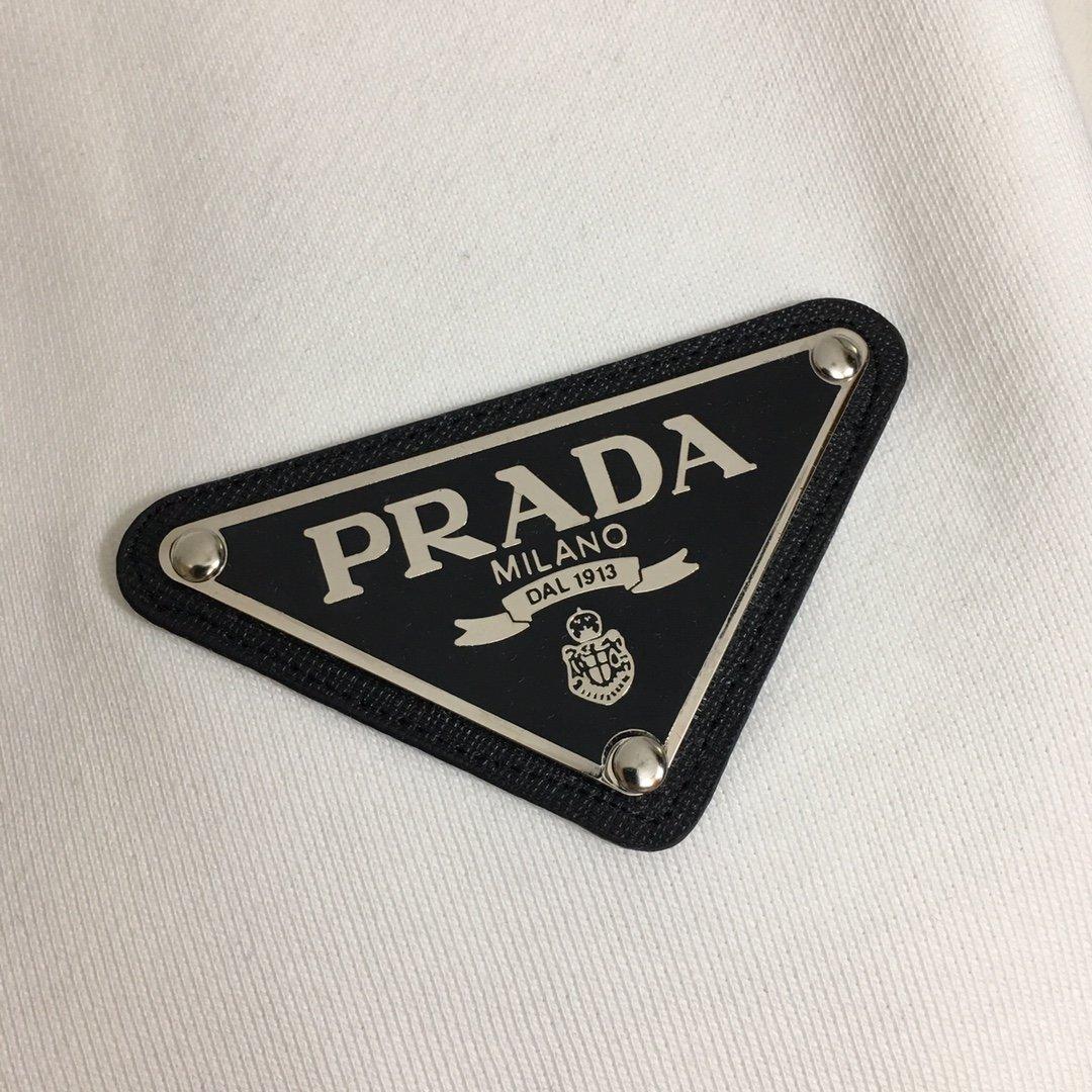 Prada新款金属logo三角标休闲