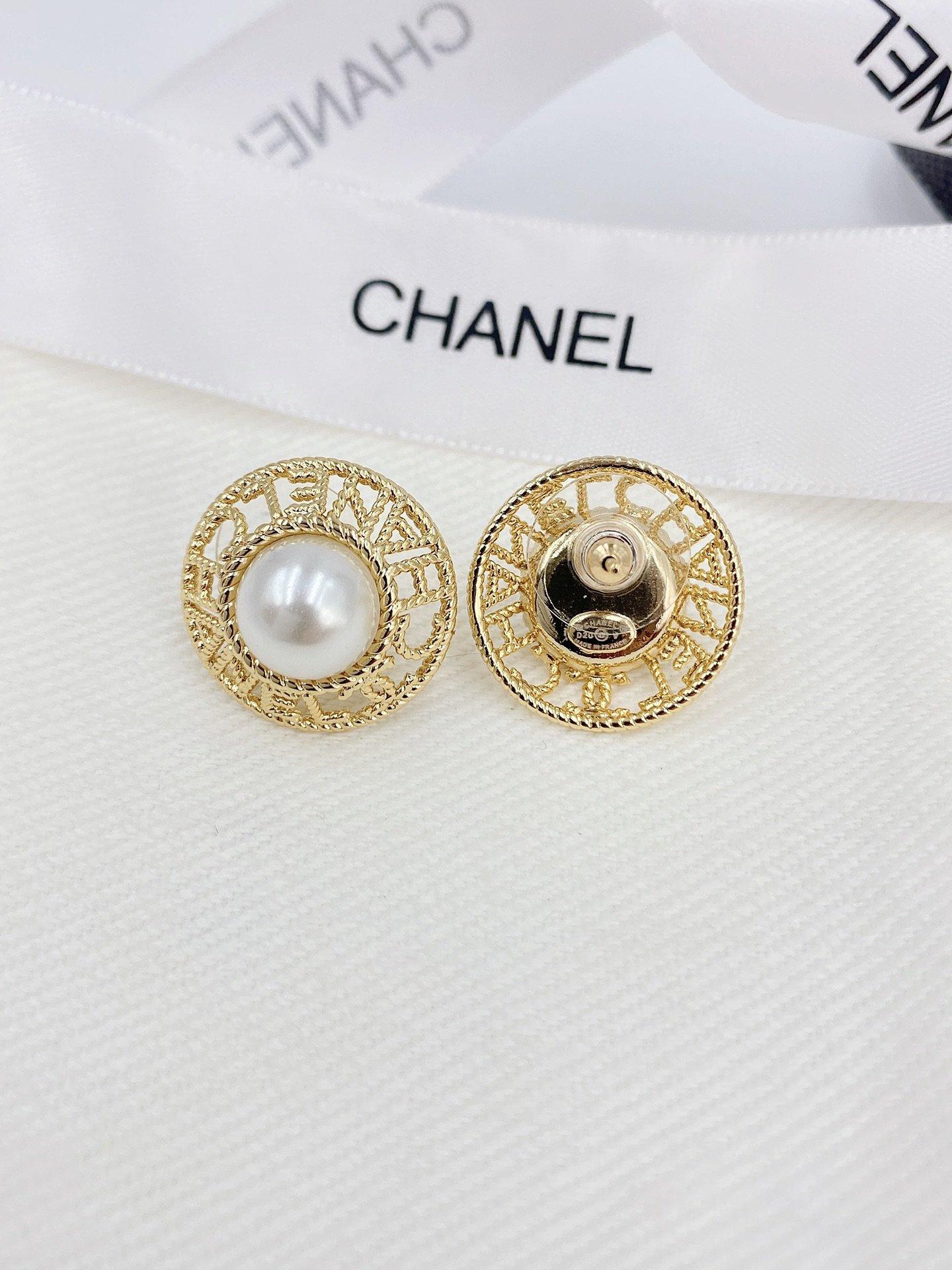 Ch*nel镂空字母珍珠耳钉这款耳钉