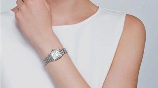 全新TW出品卡地亚猎豹系列华丽而不羁是PanthredeCartier猎豹所传达的美学风格它线条流畅魅惑动人柔软服帖于腕间宛若在肌肤上翩翩起舞独特的造型彰显成熟优雅自信动人的女性形象表壳一体成型尺寸2230毫米使用瑞士石英机芯316L精钢壳套镶嵌钻石把头镶嵌一颗合成白色尖晶石镀银表盘剑形蓝钢指针30米生活防水下单即赠送定制卡地亚红色旅行袋请认准独家TW品质