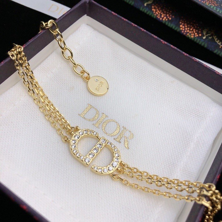 这款PetitCD手链采用金色饰面金