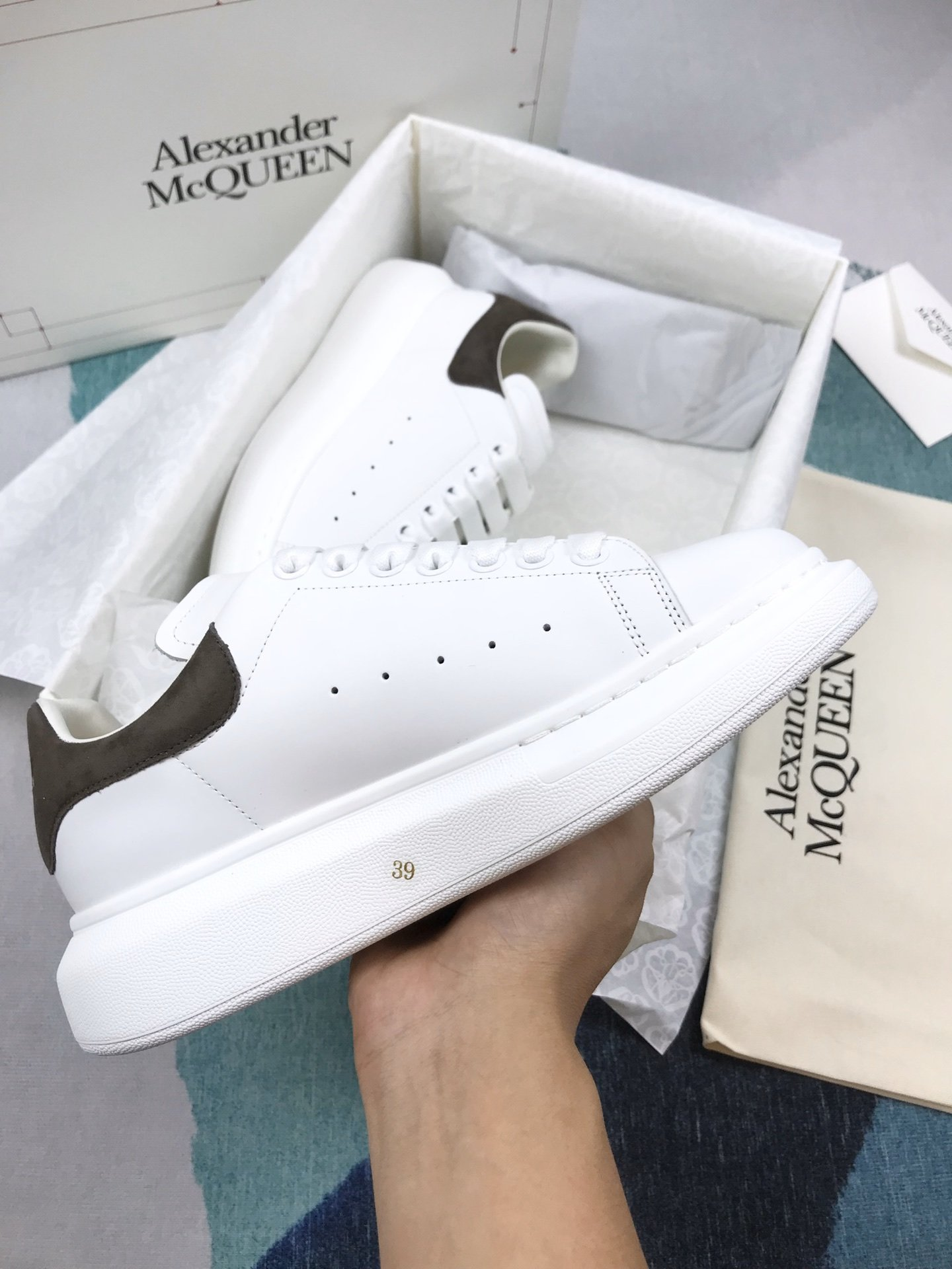 深灰羊猄尾MCQ小白鞋