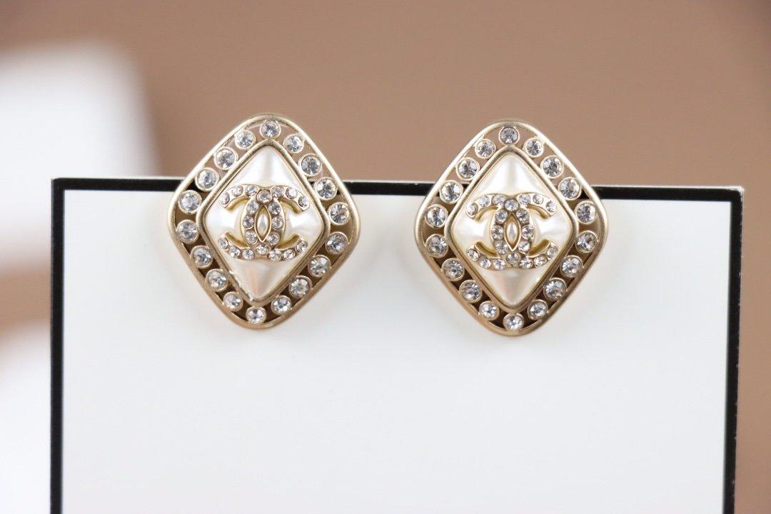 Chanel小香2021年新款珍珠耳