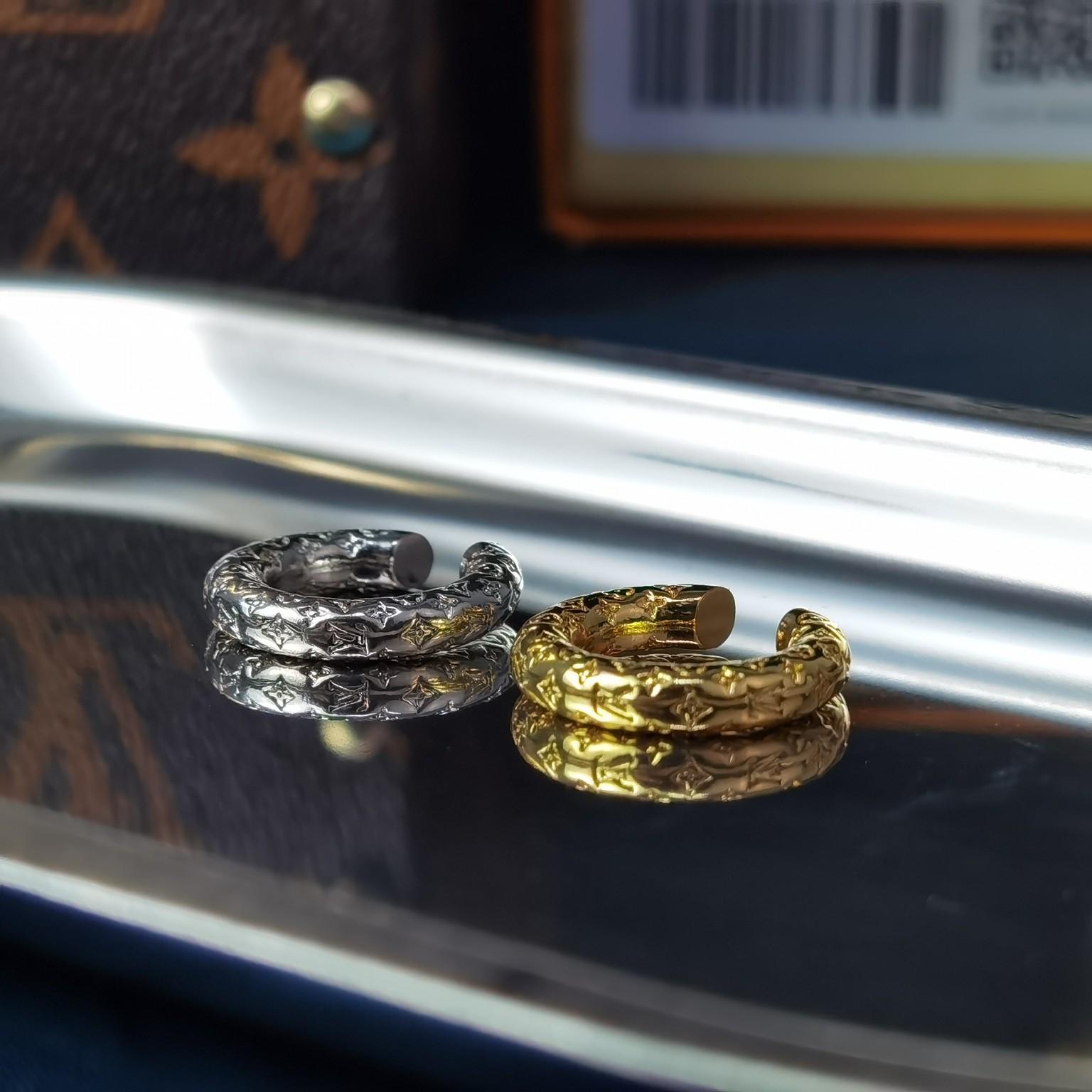 本款Nanogram耳环以双色金属效
