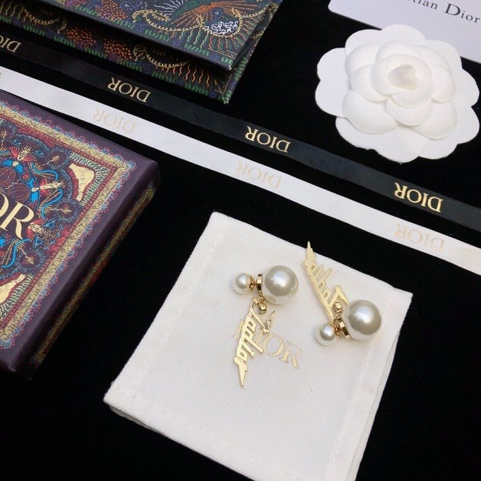 DioR简约字母珍珠元素流苏耳钉耳环