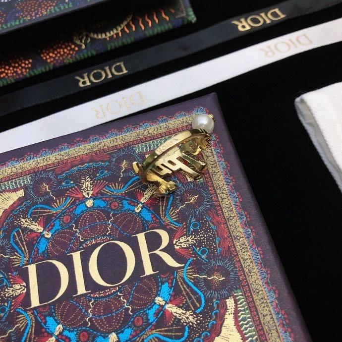 DiOR简约字母珍珠元素流苏戒指诠释