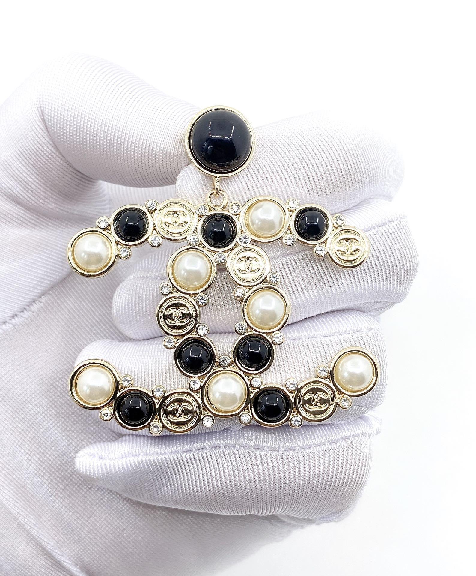 Chanel新款黑白珍珠耳环一致黄铜