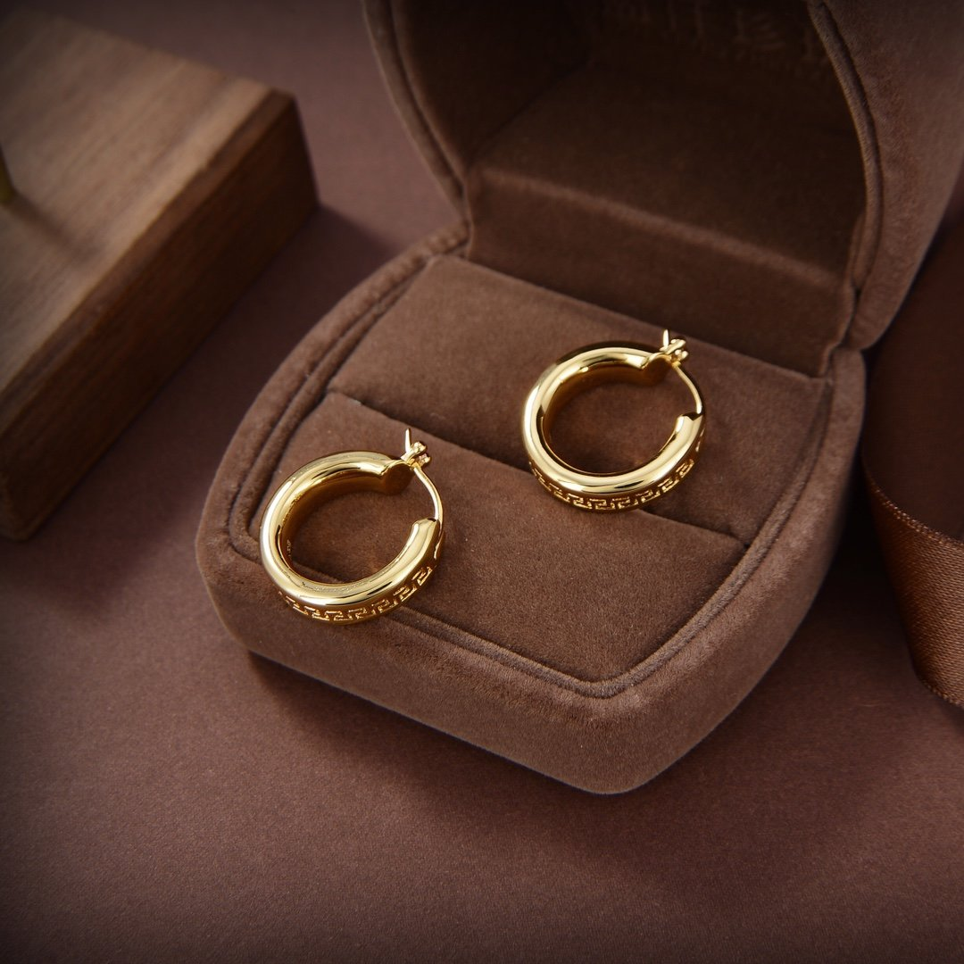 范思哲耳环与众不同的设计个性十足颠覆